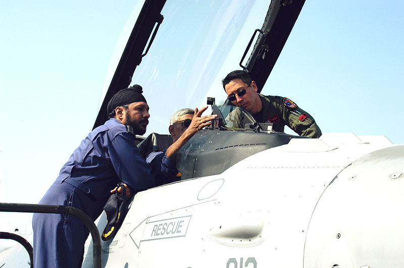 Capt._Kevin_Jones_gives_a_cockpit_tour_to_Indian_Air_Force_airmen_during_Cope_India_2006
